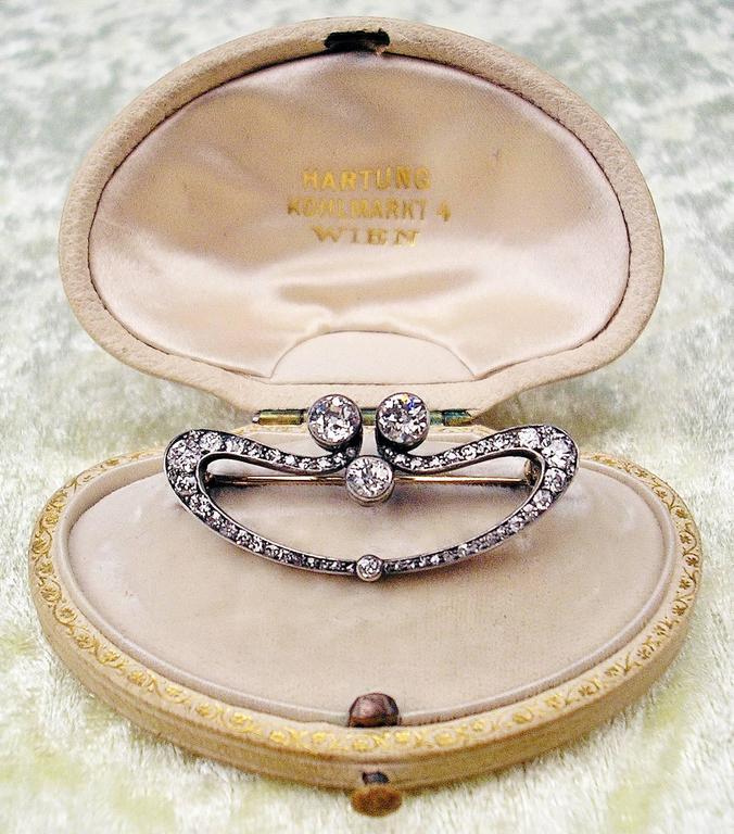 1900s Austrian Art Nouveau Elliptic Diamonds 1.80 Carats Gold Brooch  For Sale 2