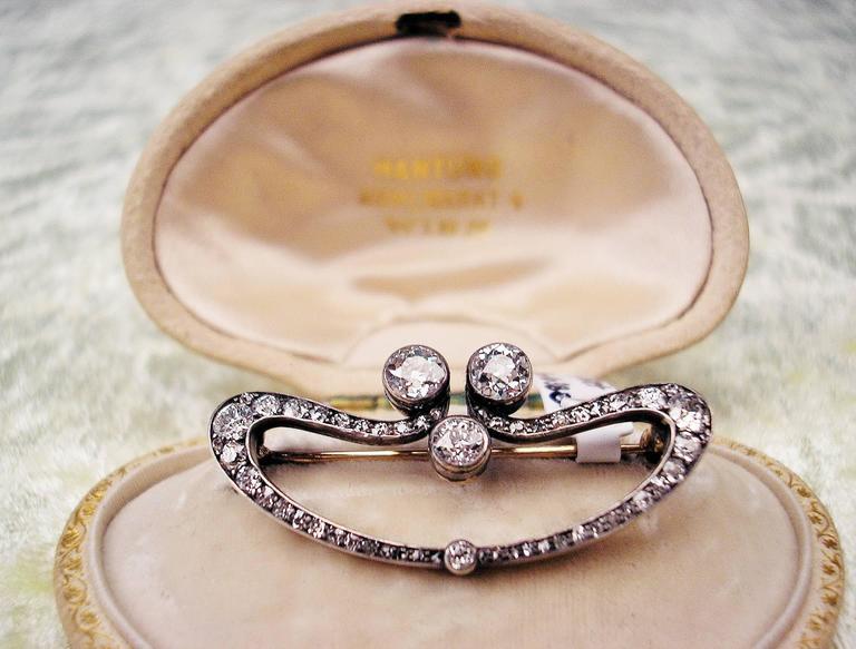 1900s Austrian Art Nouveau Elliptic Diamonds 1.80 Carats Gold Brooch  For Sale 3