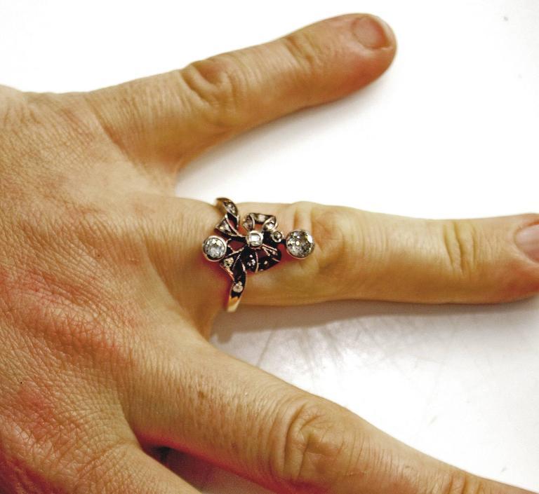 1900s Austria Art Nouveau Diamonds 0.85 Carats Silver Framed Gold Ring For Sale 1