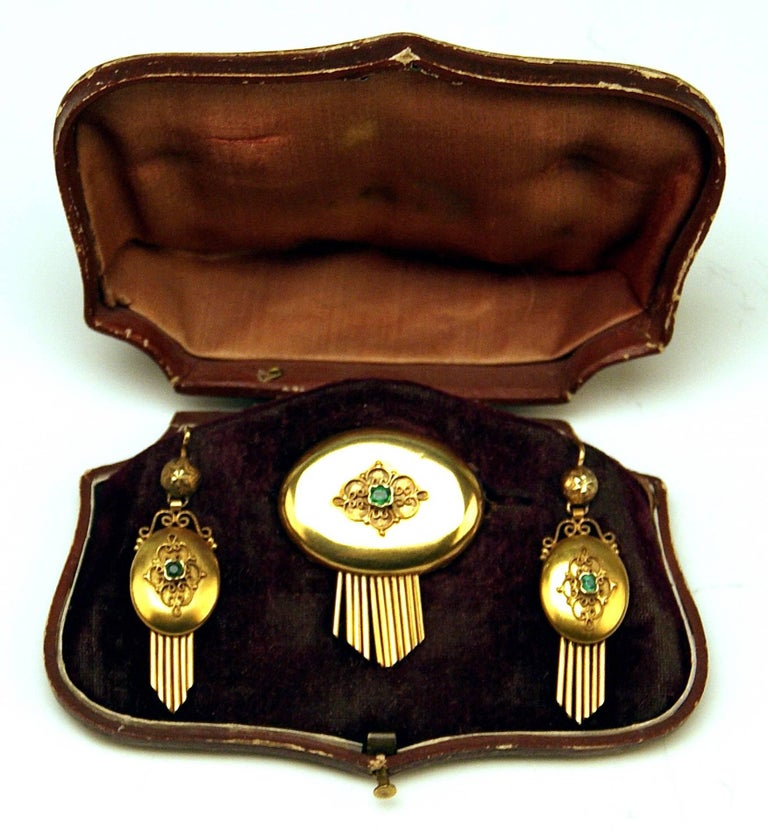 HIGH VICTORIAN (= VIENNESE HISTORICISM) GOLDEN JEWELRY SET: PAIR OF EARDROPS AND BROOCH MADE OF GOLD 14ct, COVERED WITH SMALL EMERALDS.  ELEGANT BROOCH: made of GOLD  (14 ct / 585), having longitudinal-oval form, additionally decorated with small