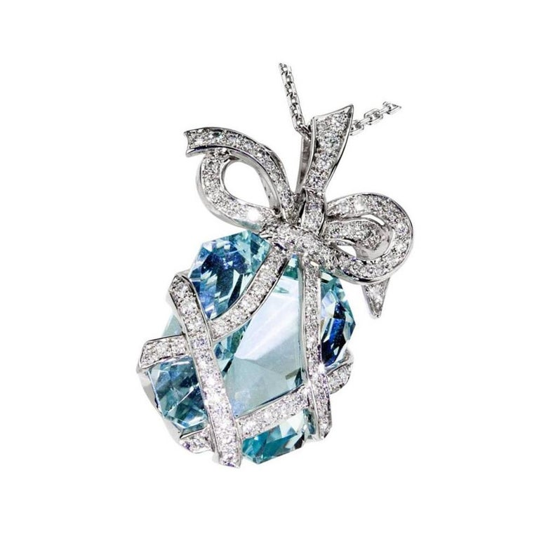 Outstanding 34.05 Carat Aquamarine Diamond Gold Bow Pendant Statement Necklace In Excellent Condition For Sale In Montreal, QC