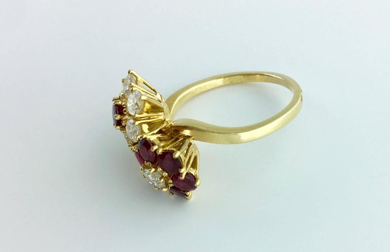 Van Cleef & Arpels Ruby Diamond Yellow Gold Flower Ring In Excellent Condition For Sale In Geneva, CH