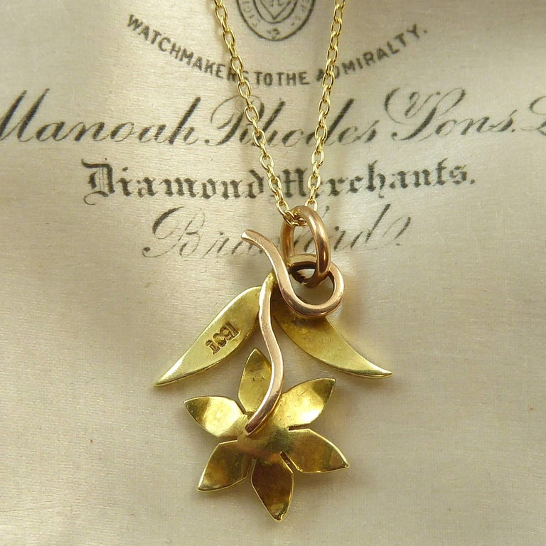 Victorian 15 Carat Pearl Flower Pendant, circa 1900 on 9 Carat Gold Chain For Sale 1