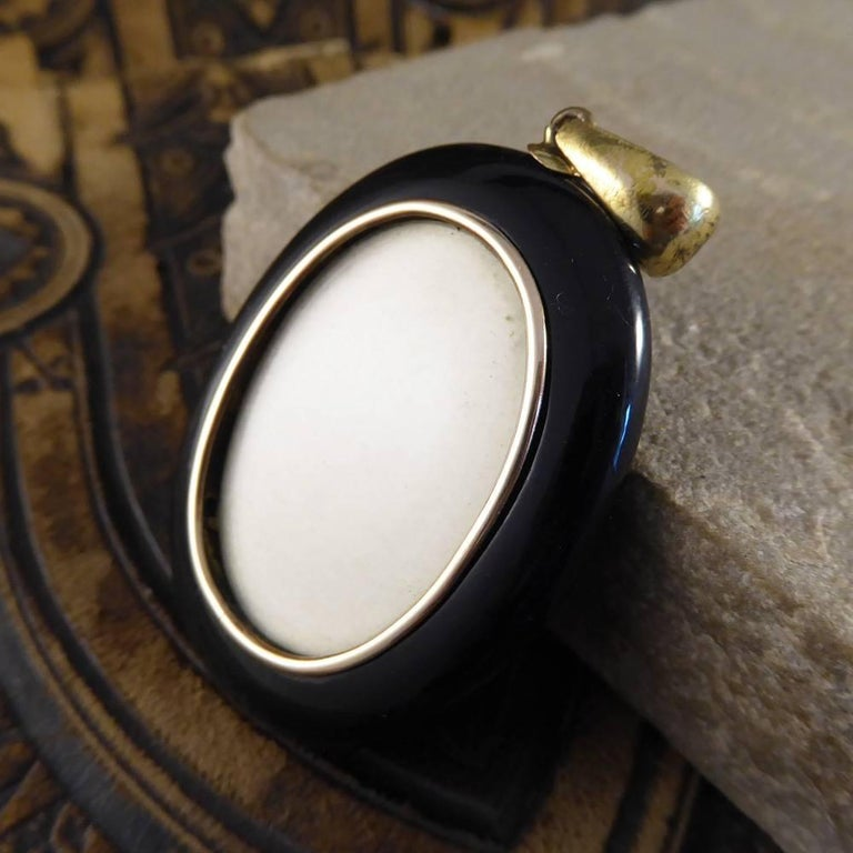 Antique Victorian Black Onyx, Pearl and 15 Carat Gold Mourning Pendant In Good Condition For Sale In Yorkshire, West Yorkshire