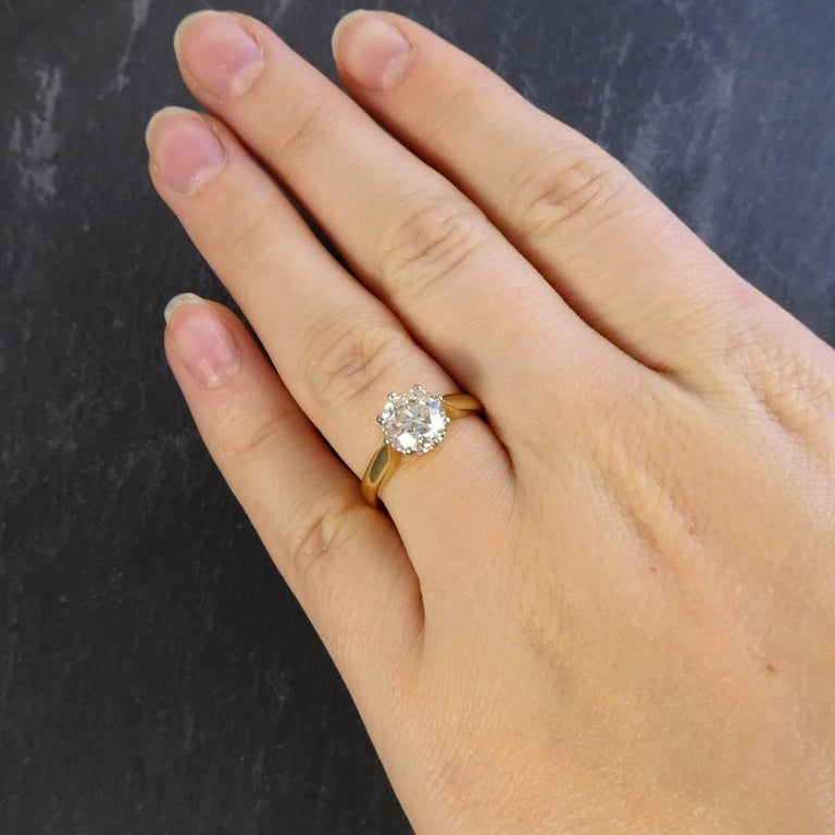 Contemporary 1 75 Carat Diamond Solitaire Ring Set In 18 Carat Gold For Sale 4