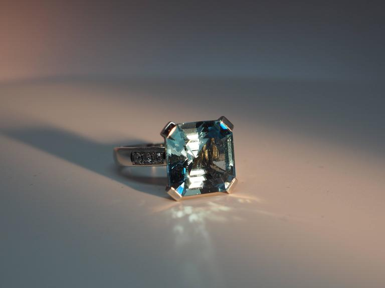 Fine Aquamarine Diamond Gold Solitaire Ring 3