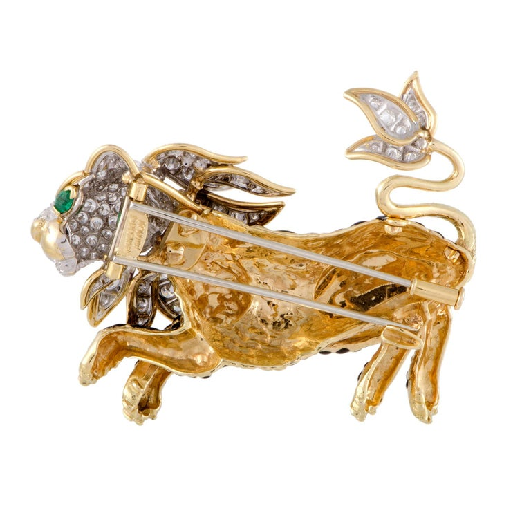 Take a walk on the wild side with this yellow and white gold Leopon brooch embellished with brilliant-cut diamonds and featuring glowing emerald eyes. Set in a playful pose with its tail in the air, this Leapon brooch exudes exotic vibes of two