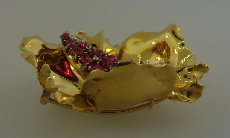 French Ruby Diamond Yellow Gold Flower Brooch Pin Clip, 1950s In Excellent Condition For Sale In Beverly Hills, CA