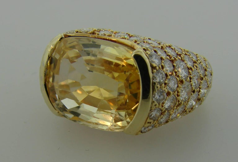 1980s Van Cleef & Arpels Yellow Sapphire Diamond Gold Bombe Ring In Excellent Condition For Sale In Beverly Hills, CA