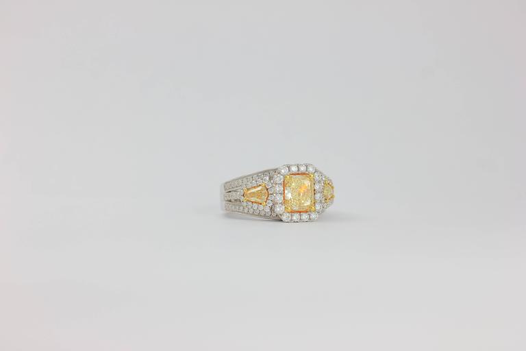 Contemporary Frederic Sage 1.78 Carat Yellow and White Diamonds Ring For Sale