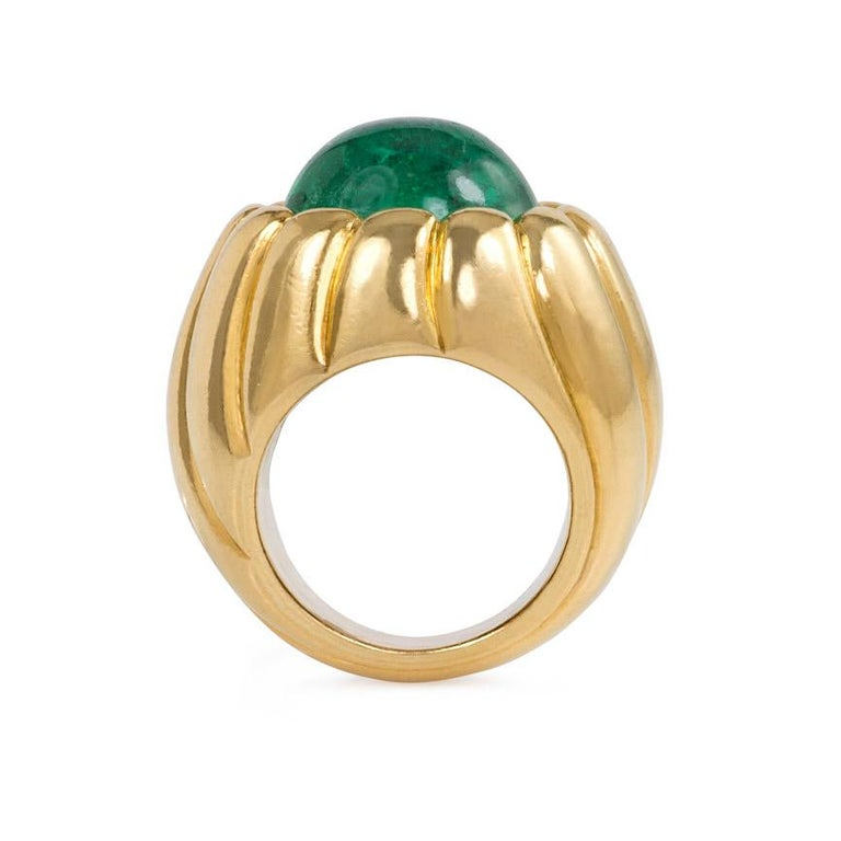 Cartier Retro Cabochon Emerald and Gold Cocktail Ring In Excellent Condition For Sale In New York, NY