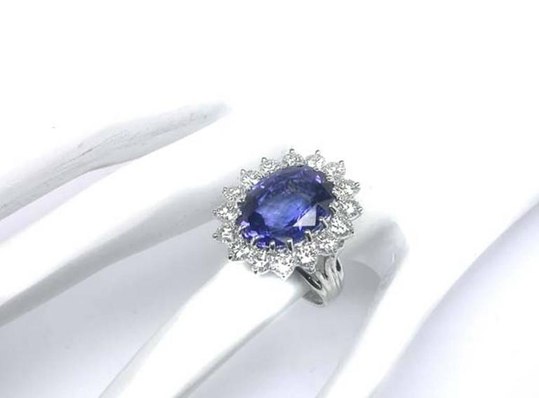 Enticing 10.35 Carat Natural Sapphire Diamond Gold Engagement Ring In New Condition For Sale In New York, NY