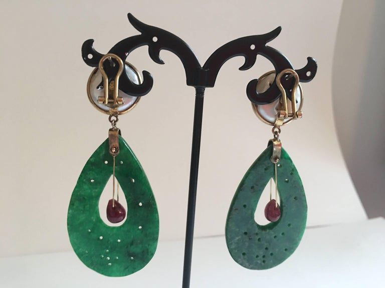 Carved Jade Ruby Drop Mabè Pearls Gold Ventiane Earrings In New Condition For Sale In Milan, IT