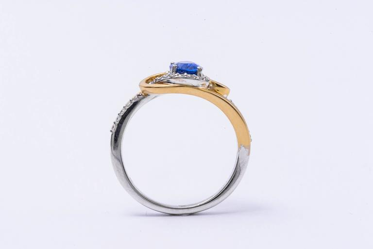 Ceylon Sapphire Diamonds White and Yellow Gold Ring In New Condition For Sale In New York, NY