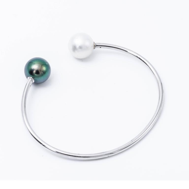 Round Cut South Sea Tahitian Pearl White Gold Bangle Bracelet 18K White Gold For Sale