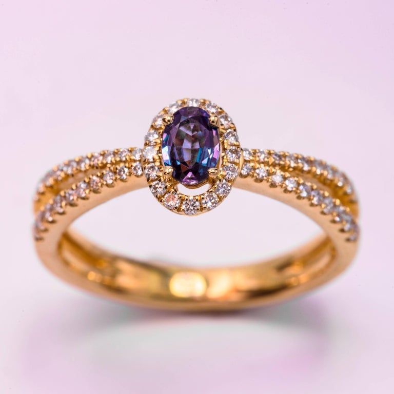 Contemporary Oval Alexandrite and Diamond Ring with 18 Karat Yellow Gold For Sale