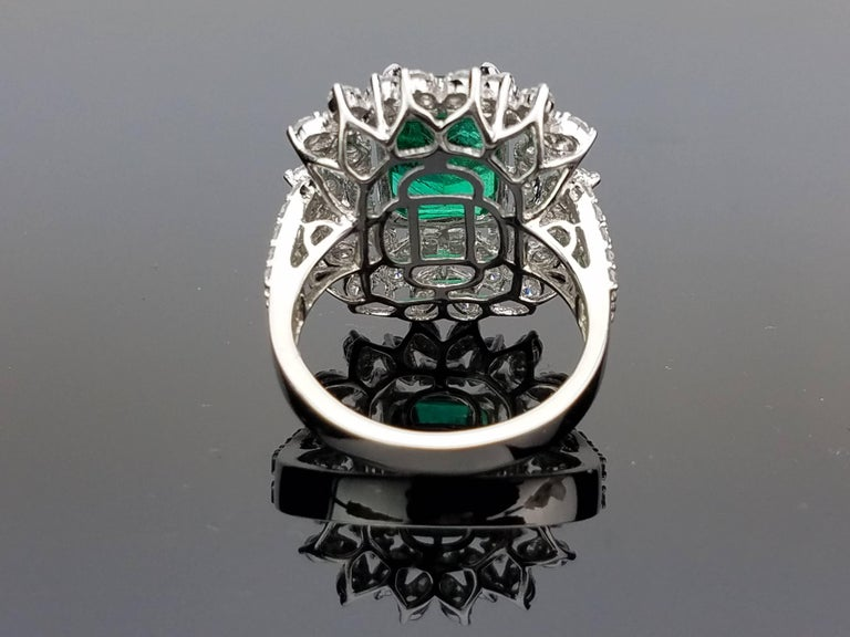 White Gold Zambian Emerald Ring with Diamond Cocktail Ring In Excellent Condition For Sale In Kowloon, HK