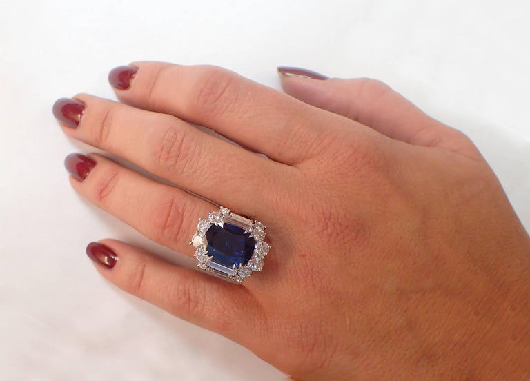 6.57 Carat GIA Certified Un-Heated Blue Sapphire and Diamond Ring in Platinum In Excellent Condition For Sale In New York, NY