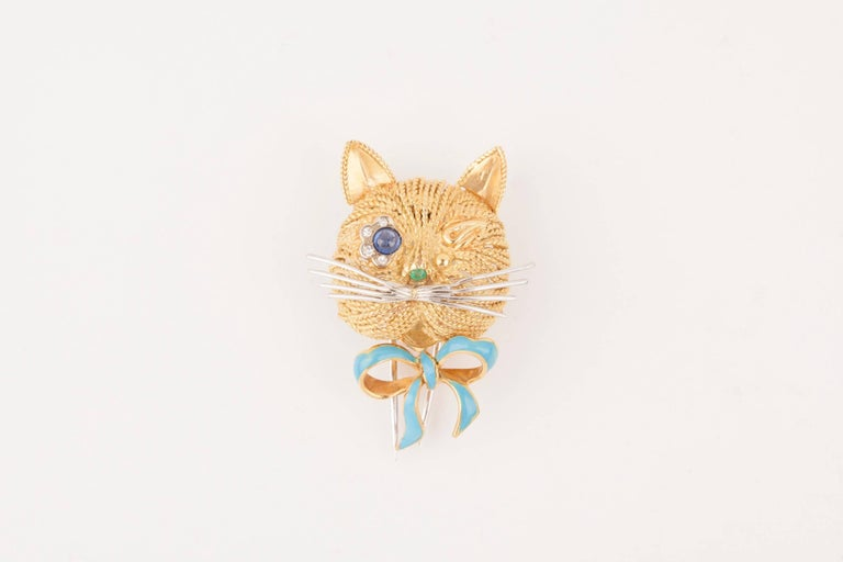 Beautiful and lovely designed Cat brooch. French made circa 1970. Made in gold 18K(french marks), enamel, saphir and diamonds. Weight: 12.20 grams.