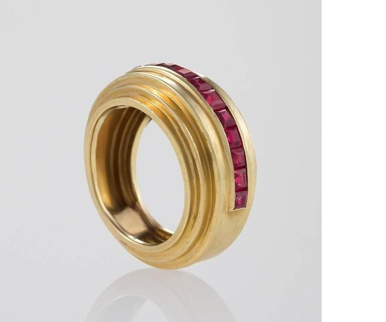 Van Cleef & Arpels Paris 1930s Art Deco Ruby and Gold Ring In Excellent Condition For Sale In New York, NY