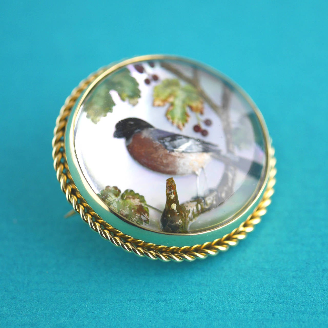 Victorian Reverse Intaglio Essex Crystal Bird Brooch In Excellent Condition For Sale In London, GB