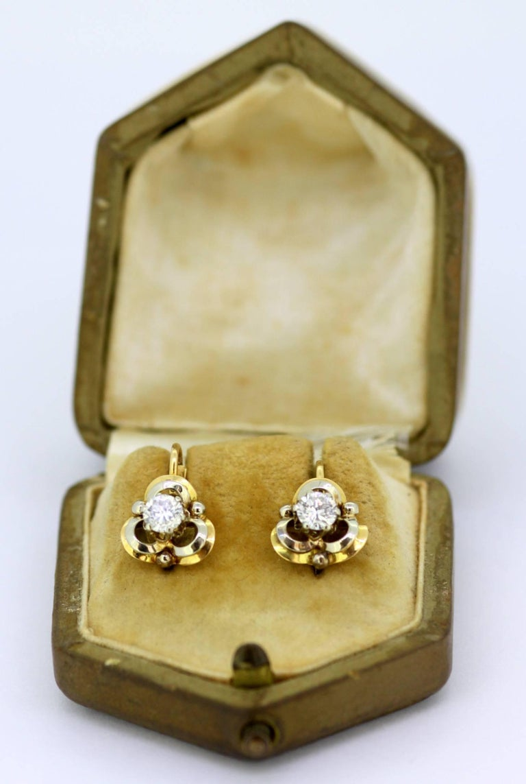 Vintage 18k yellow gold ladies clip on earrings with diamonds Hallmarked 750  Dimensions - Size : 1.6 x 1.1 cm Weight: 5 grams total  Diamonds -  Cut : Round Total Number of diamonds : 2 Total Size in Carats : 0.66 ct total Clarity : VVS Colour :