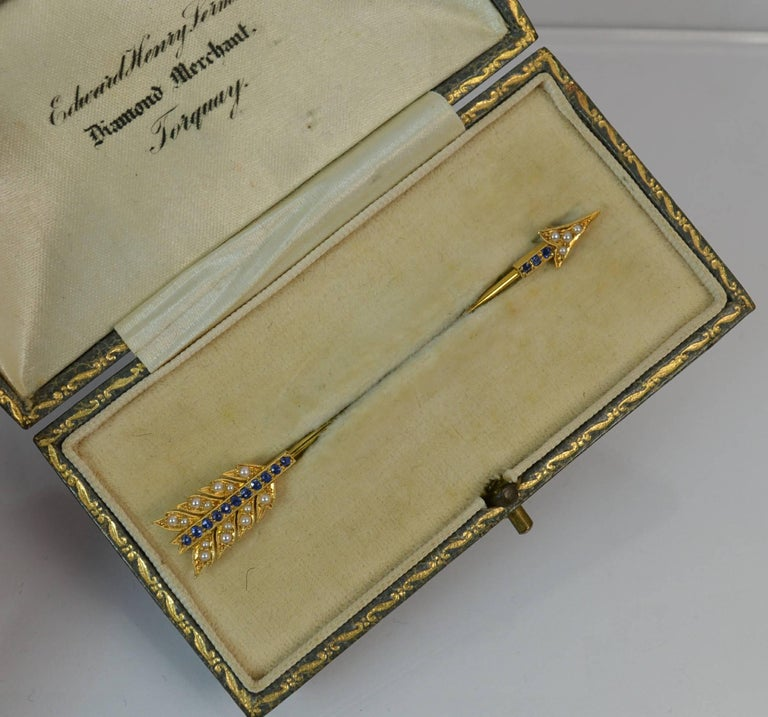 15 Carat Gold Sapphire and Pearl Arrow Jabot Pin in Box In Excellent Condition For Sale In St Helens, GB