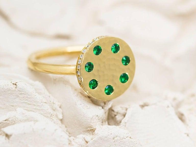 Round Cut Tsavorite and Diamond Micropavé 18 Karat Gold Sundial Ring For Sale