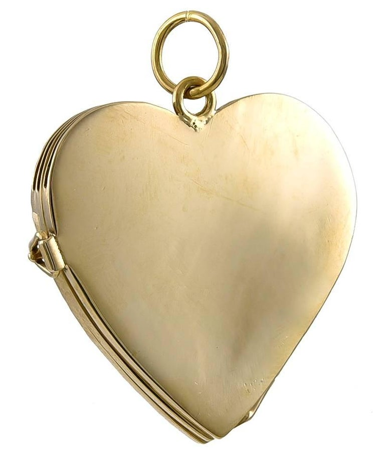 Engraved Gold Locket for Four Pictures In Excellent Condition For Sale In New York, NY