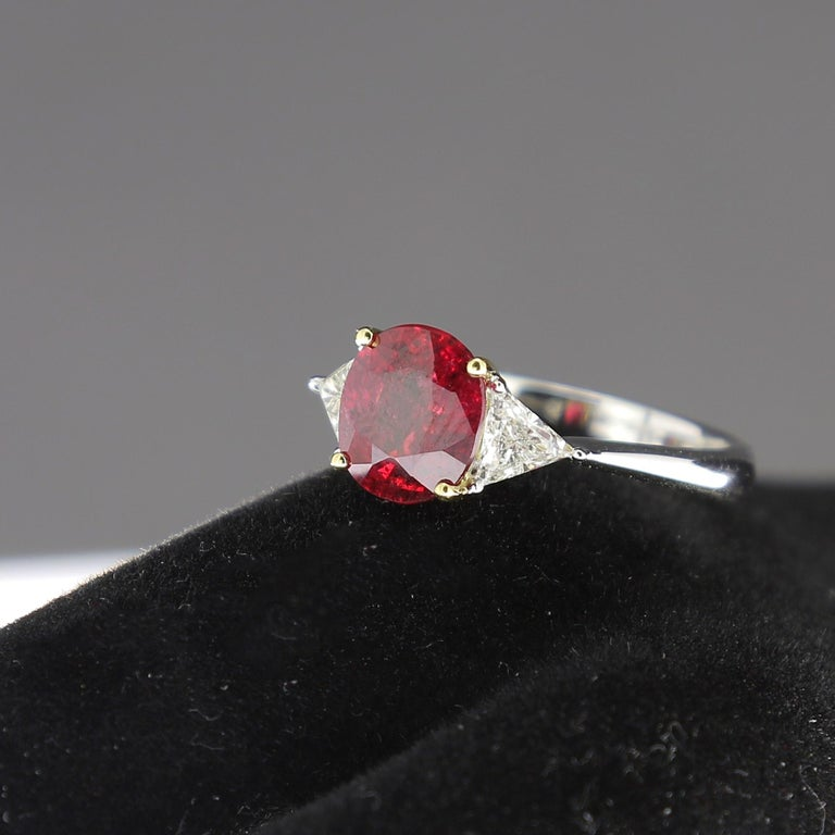 2.22 Carat Cushion Ruby Ring Three-Stone Ruby and Diamond Rings 18K White Gold In New Condition For Sale In paris, FR