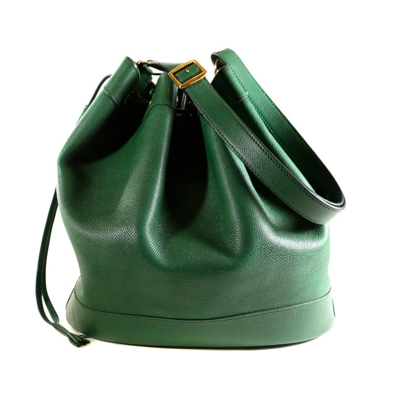 Hermès Bengal Green Epsom Leather Vintage Market Bag - EXCELLENT PLUS Condition   The classic silhouette is a drawstring bucket bag; perfect for every day enjoyment.  Deep green textured and durable Epsom leather bucket bag holds everything easily.