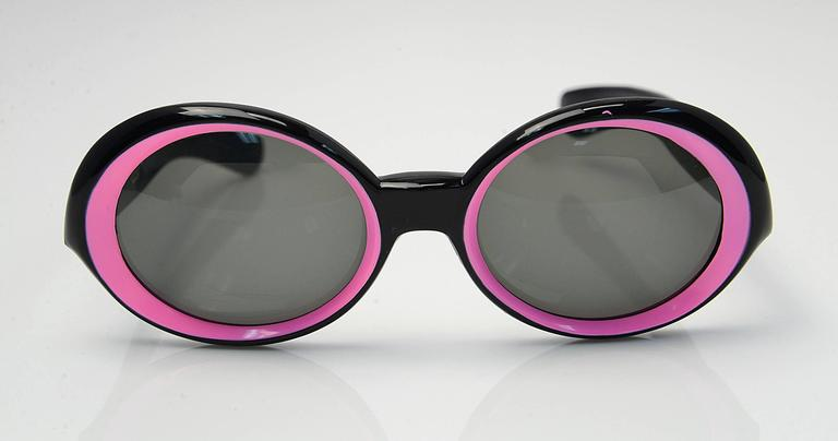 1960s Italian Black w/ Pink ModSunglasses In Good Condition For Sale In Houston, TX