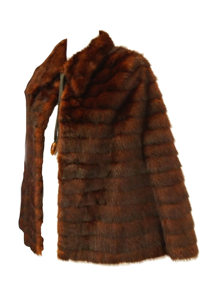 1940s Arnold Liebes Feathered Mink Cape w/ Bakelite Details & Silk Lining In Excellent Condition For Sale In Houston, TX