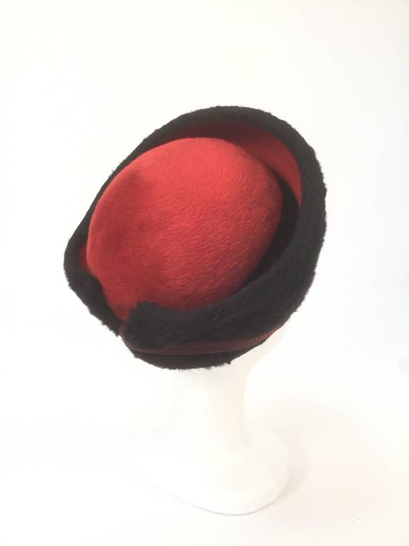 1950s Schiaparelli Red and Black Felt Eastern Hat In Excellent Condition For Sale In Houston, TX
