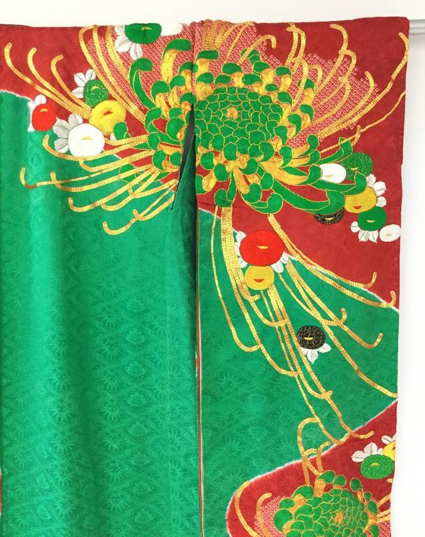 Women's Vintage Japanese Red and Green SHibori Dye Uchikake Kimono with Gold Chrysanthem For Sale
