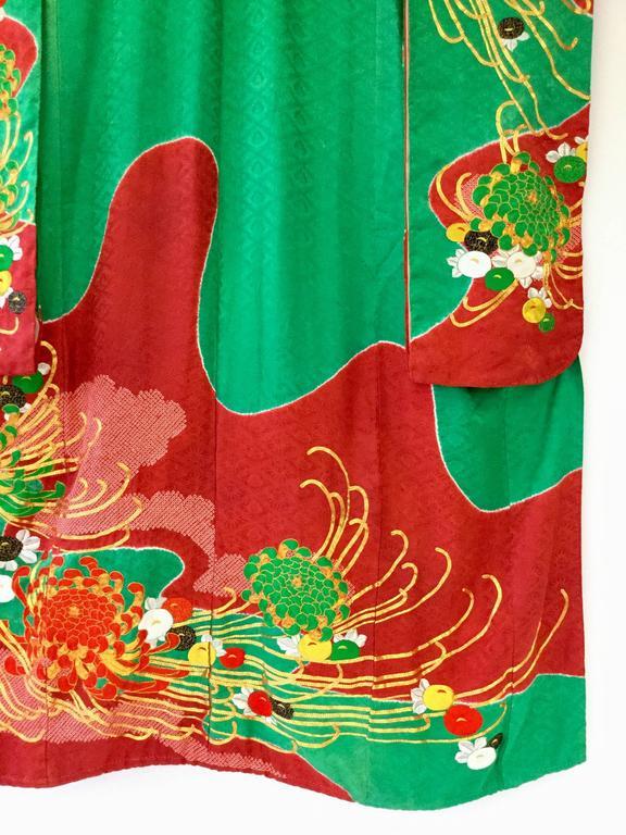 Vintage Japanese Red and Green SHibori Dye Uchikake Kimono with Gold Chrysanthem For Sale 1