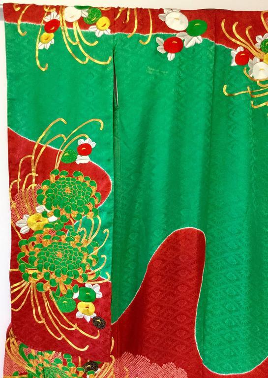 Vintage Japanese Red and Green SHibori Dye Uchikake Kimono with Gold Chrysanthem For Sale 2