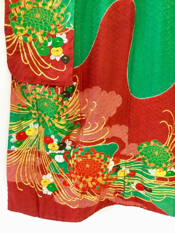 Vintage Japanese Red and Green SHibori Dye Uchikake Kimono with Gold Chrysanthem For Sale 3