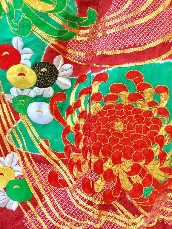 Vintage Japanese Red and Green SHibori Dye Uchikake Kimono with Gold Chrysanthem In Excellent Condition For Sale In Houston, TX