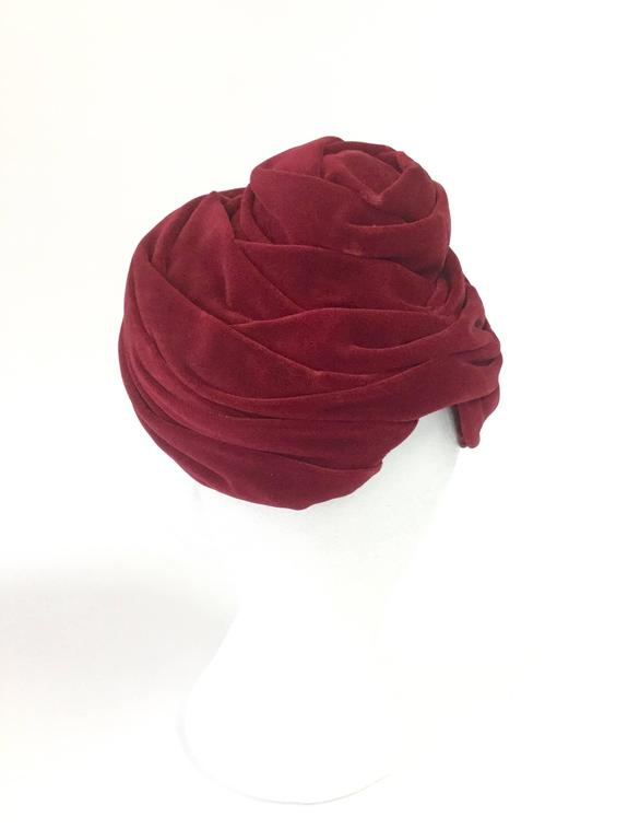 1940s Miss Sally Victor Red Velvet Rose Toque Evening Hat In Excellent Condition For Sale In Houston, TX