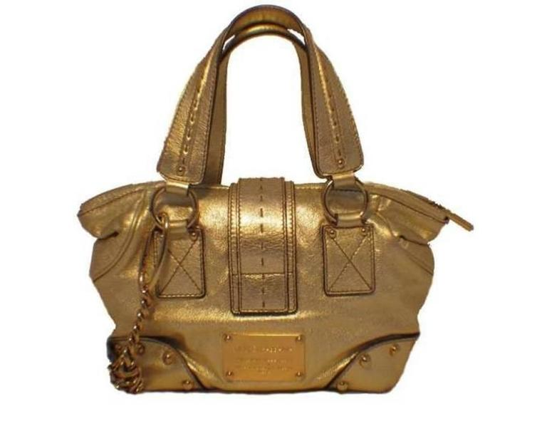 d84cd0fda3 This adorable Dolce and Gabbana bag adds the perfect touch of shine to any  wardrobe.