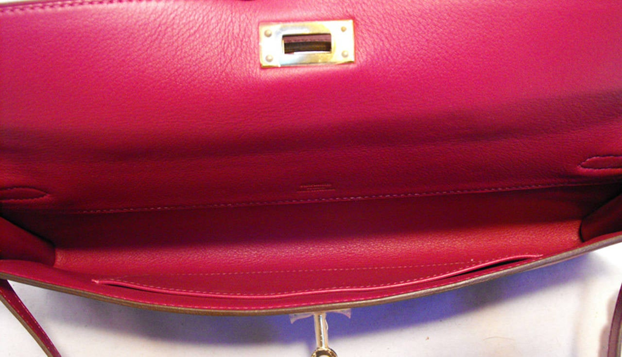 Hermes Fuchsia Swift Leather Kelly Cut Clutch Handbag  In Excellent Condition For Sale In Philadelphia, PA
