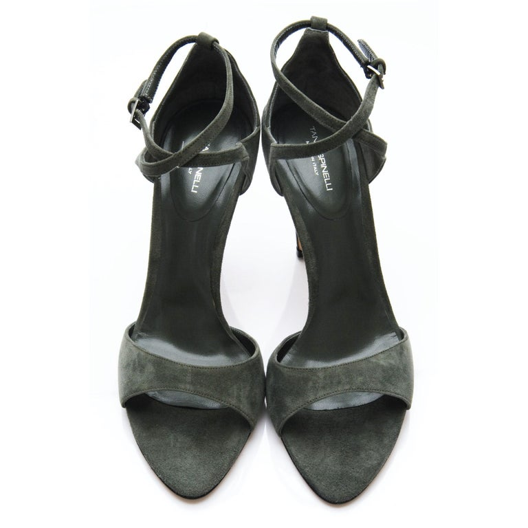 New Tania Spinelli Mother of Pearl Suede Heels Sz 40 In New Condition For Sale In Leesburg, VA
