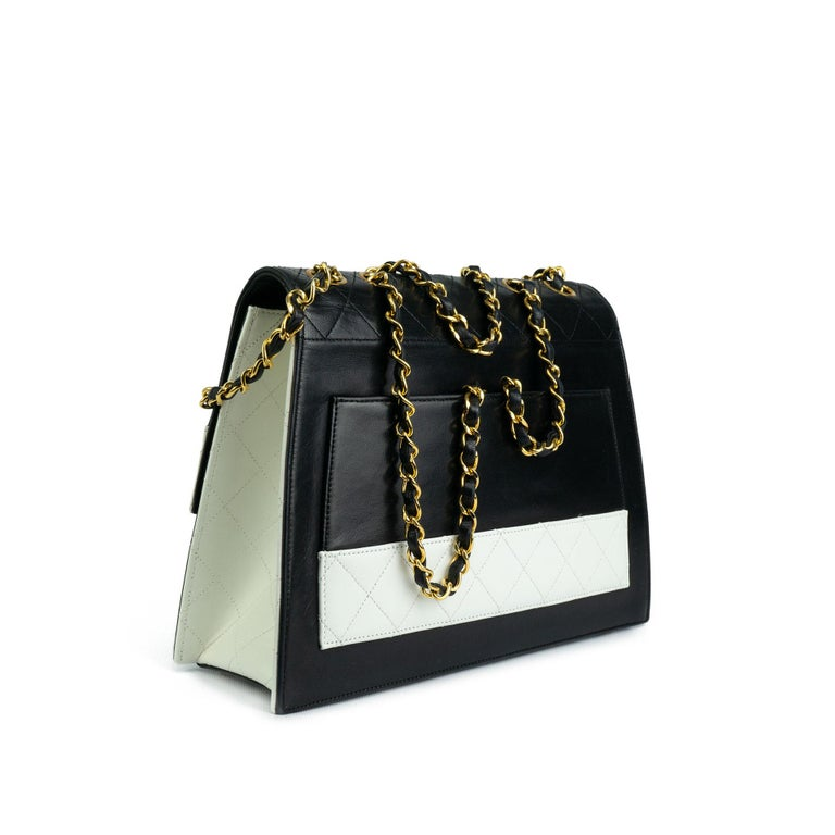 Chanel 1980s Two Tone Black and White Vintage Flap Bag In Good Condition For Sale In Miami, FL