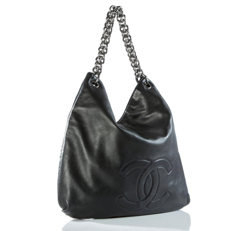 Chanel soft lambskin leather hobo with chunky chain handle.  2007 {VINTAGE 11 Years} Silver hardware Soft supple lambskin leather Thick chunky chain detail 17