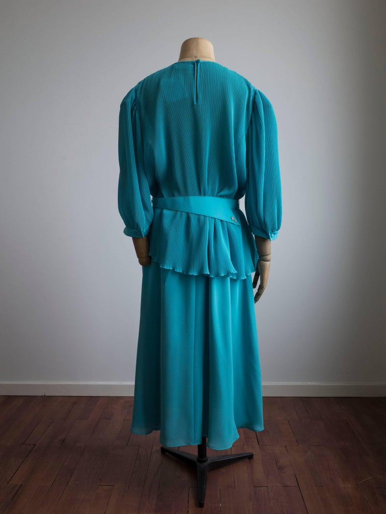 1980s Pleated Cocktail Dress Vibrant Blue Hue designed by Hermann Lange In New Condition For Sale In Antwerp, BE