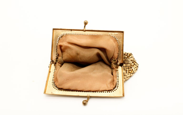 Whiting & Davis 1970s Vintage Gold Mesh Evening Purse In Good Condition For Sale In London, GB