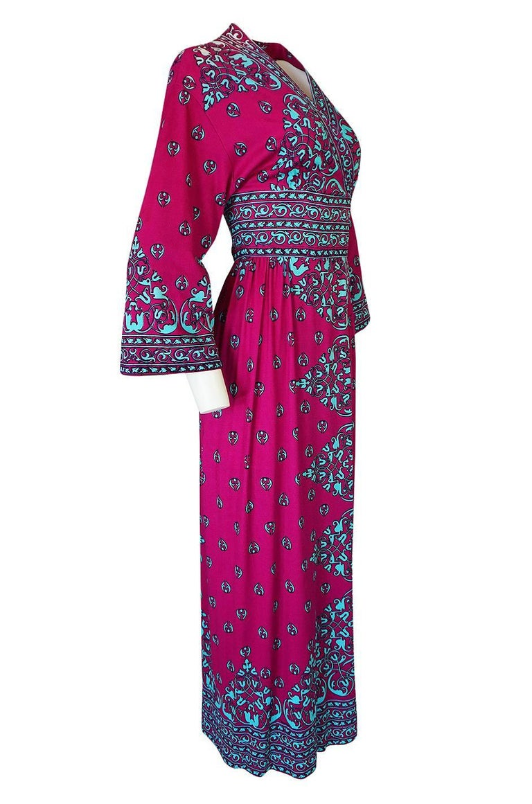 1970s Maurice Vivid Pink and Turquoise Jersey Caftan Dress In Excellent Condition For Sale In Toronto, ON