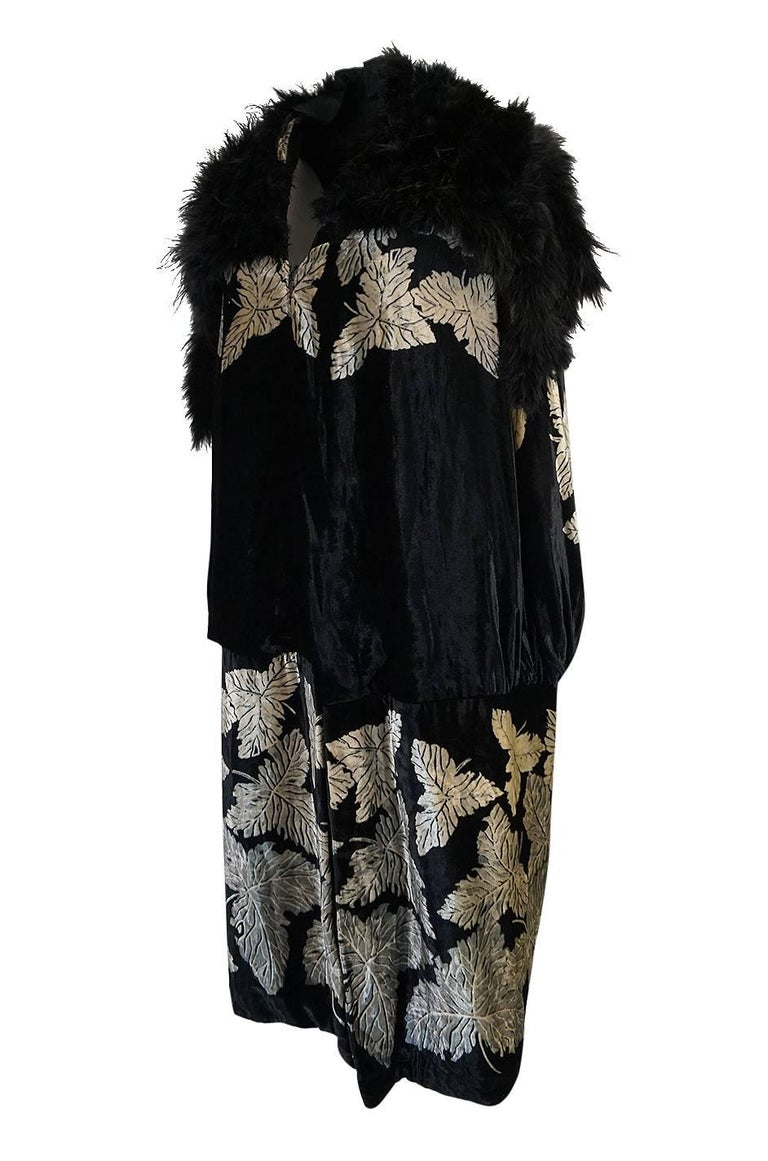 Extraordinary 1920s Evening Velvet & Feather Flapper Coat Cape In Excellent Condition For Sale In Toronto, ON