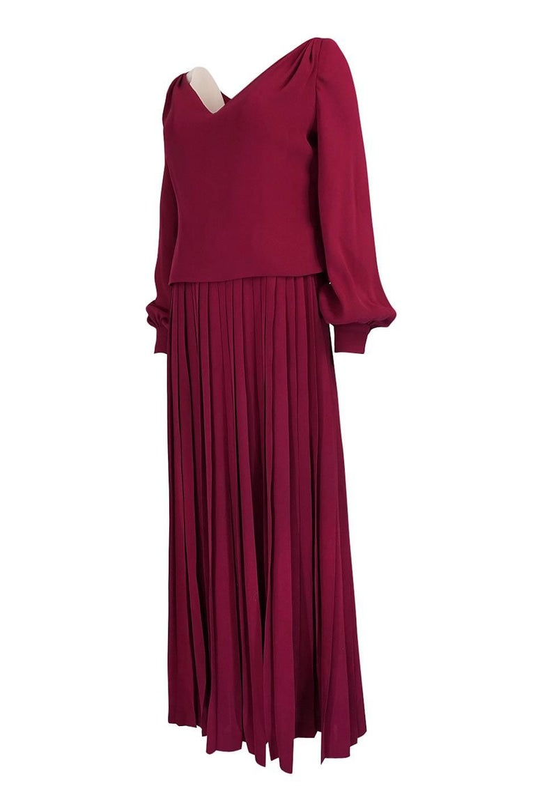 1970s Pierre Balmain Haute Couture Deep Red Silk Pleat Dress In Excellent Condition For Sale In Rockwood, ON